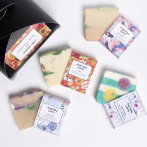 Boîte cadeau comprenant 4 savons floraux : lilas, pivoine, tournesol et muguet